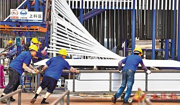 ■中國內地經濟7月加速復甦,先行指標--製造業採購經理指數(PMI)升至51.1%,年內次高,連續5個月位於50%榮枯線上。圖為 7月29日,工人在位於浙江省湖州市吳興高新區的浙江鴻昌鋁業有限公司生產車間內作業。 新華社