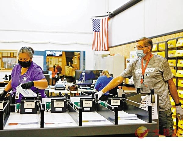■ 特朗普多次攻擊郵寄投票方式。圖為華盛頓有職員處理郵寄投票。 路透社