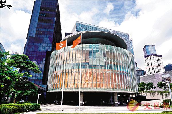 ■特區政府宣布延後第七屆立法會選舉一年,中央政府表示已根據特區政府提交的緊急報告,依法提請全國人大常委會對香港未來一年出現立法機關空缺的問題作出決定。圖為香港立法會綜合大樓。 資料圖片