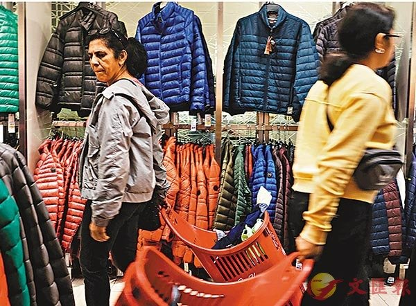 ■何亞非說,中國也需要做好部分「脫�u」的準備。圖為美國紐約一家百貨出售中國製造的外套。 資料圖片