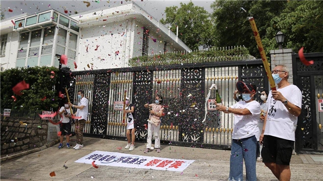 肥佬黎被捕 市民開香檳慶祝