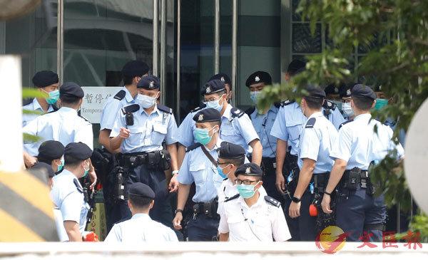 ■ 大批警員在現場緊張工作。 香港文匯報記者  攝
