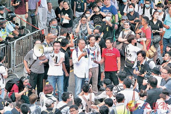 ■ 2014年黎智英到政總外參與違法「佔中」行動。 資料圖片
