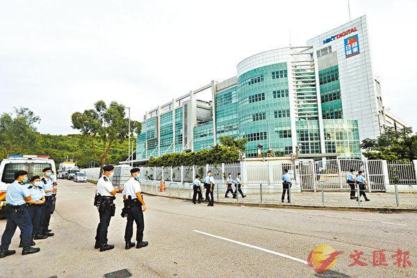 ■大批警員在壹傳媒大樓外戒備。香港文匯報記者  攝
