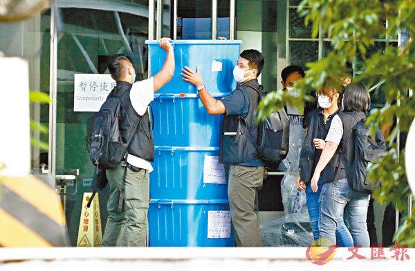 ■警員進入壹傳媒大樓蒐證,帶走大量證物。香港文匯報記者  攝