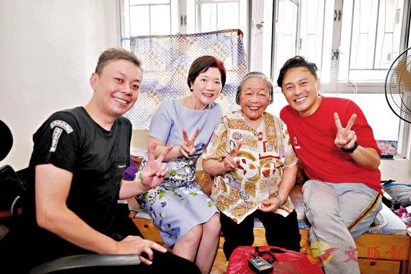 ■李霖恩(左一)與九龍婦女聯會主席蘇麗珍(左二)、曹永廉(右一)做義工探望潘婆婆。資料圖片