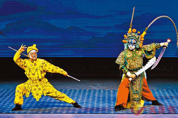 ■寧彬(左)表演京劇《十八羅漢收大鵬》。