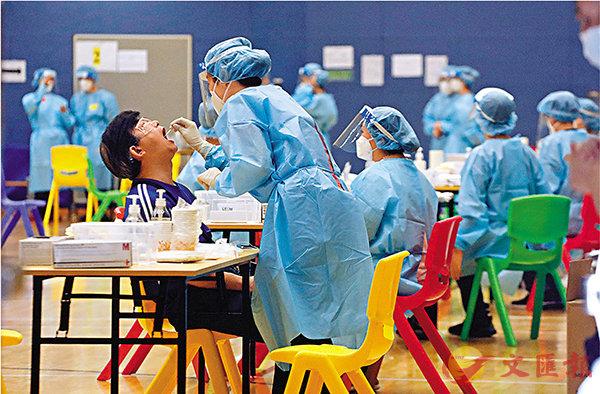 ■檢測過程安全、方便、快捷,市民普遍感受到醫護人員專業體貼的採樣服務。 香港文匯報記者  攝