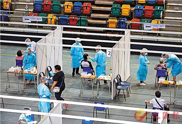 ■普及社區檢測計劃啟動首天,全日共有12.6萬名市民參與採樣。圖為設於伊利沙伯體育館的檢測中心秩序井然,安全措施嚴謹。