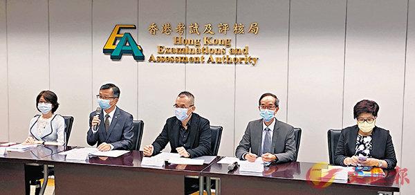 ■考評局講解2021年文憑試改動。 香港文匯報記者姜嘉軒  攝
