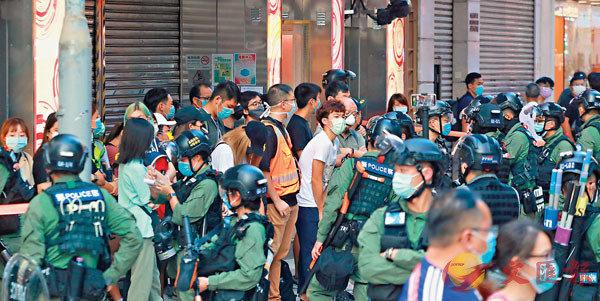 ■「獨人」及攬炒派政棍煽惑非法集結,警方果斷執法,採取驅散行動。香港文匯報記者  攝
