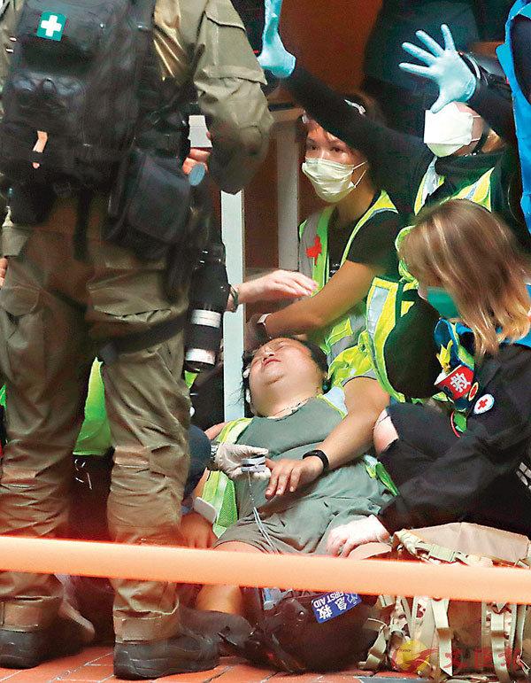 ■「易服男記者」扮暈倒被戳穿。香港文匯報記者  攝
