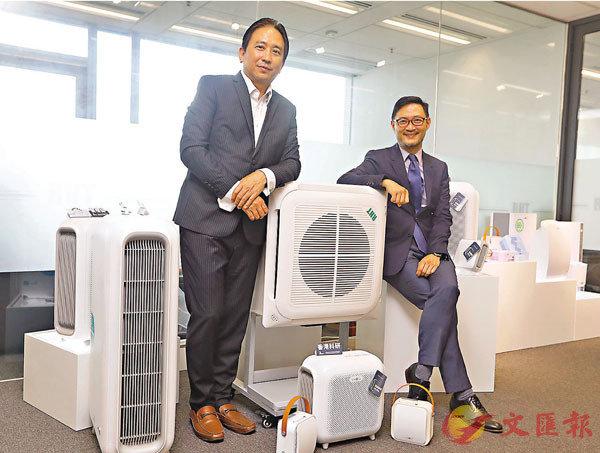 ■陳志強(左)及廖家俊(右)講解「利用智能NCCO空氣淨化及其他多管齊下系統於學校設施」研究。 香港文匯報記者  攝