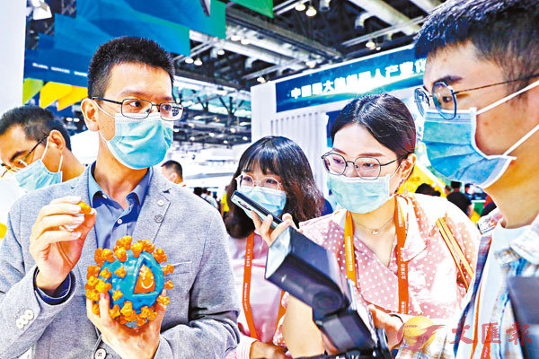 ■ 9月5日,工作人員在服貿會公共�壎籵冀戔M區科興公司展台為參觀者展示新冠病毒滅活疫苗抗原3D結構模型。 新華社