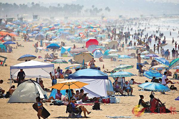■美國疫情嚴峻,但加州沙灘仍人頭湧湧。 路透社