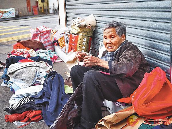■長者在街頭「天光墟」出售二手物品。 資料圖片