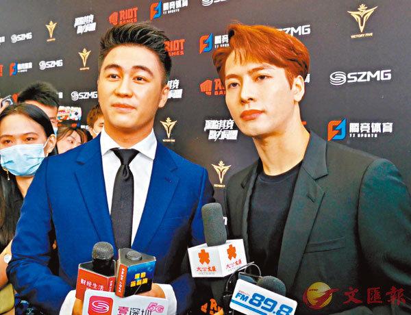 ■ 王嘉爾(右)跨界成為何猷君(左)電競俱樂部的合夥人。 胡永愛 攝