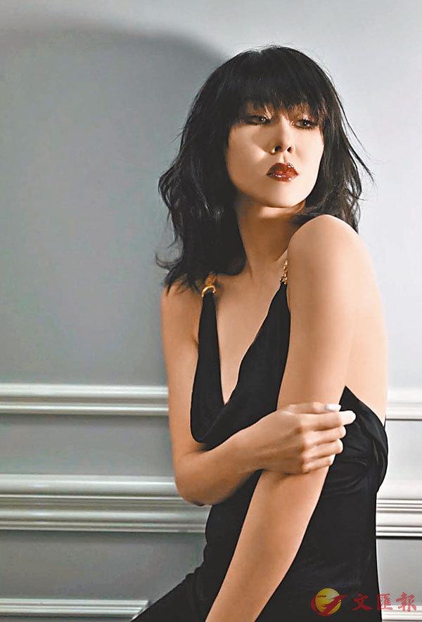 ■ 定欣穿上低V性感裙,散發�蚍a媚美態。