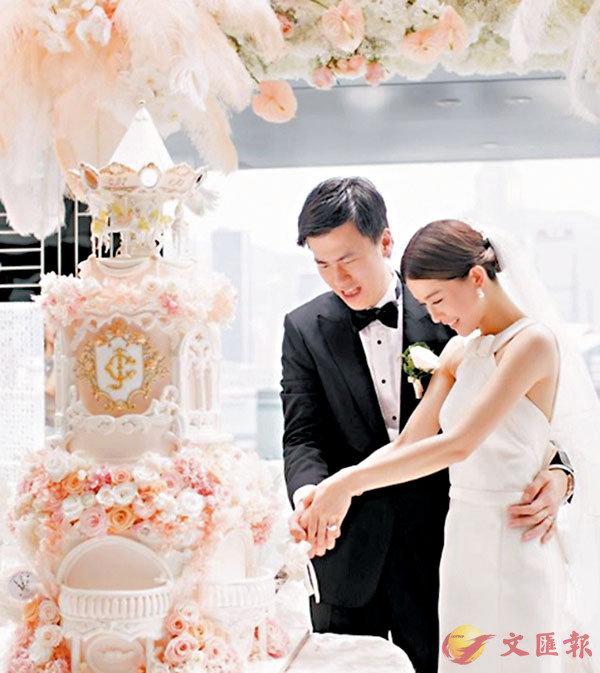 ■ 文詠珊貼上當日與老公切蛋糕的照片。