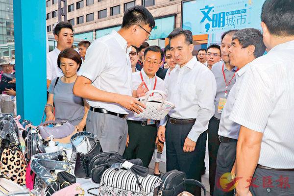 ■商務部部長助理任鴻斌到杭州步行街了解企業出口轉內銷情況。