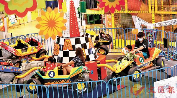 ■有家長帶小朋友到冒險樂園「放電」。香港文匯報記者  攝
