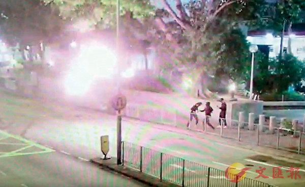 ■閉路電視拍攝到暴徒向警署停車場閘口方向投擲汽油彈過程。資料圖片