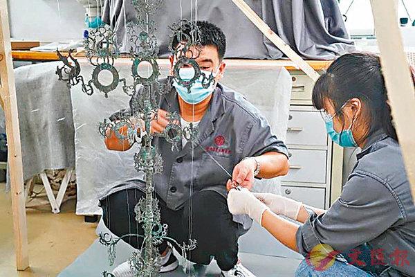 ■ 陝西文物保護人員精心修復搖錢樹。受訪者供圖