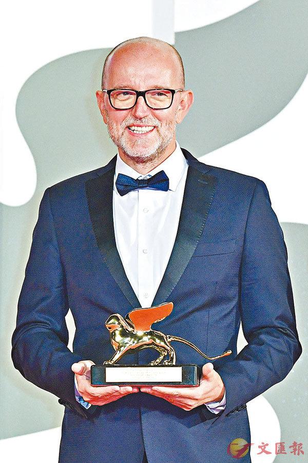 ■Davide Romani代表電影《Nomadland》領取金獅獎。