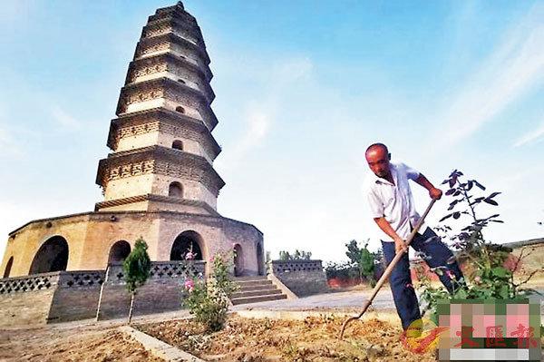 ■閆新安正在鋤草清理院�堛嶆嚏C網上圖片