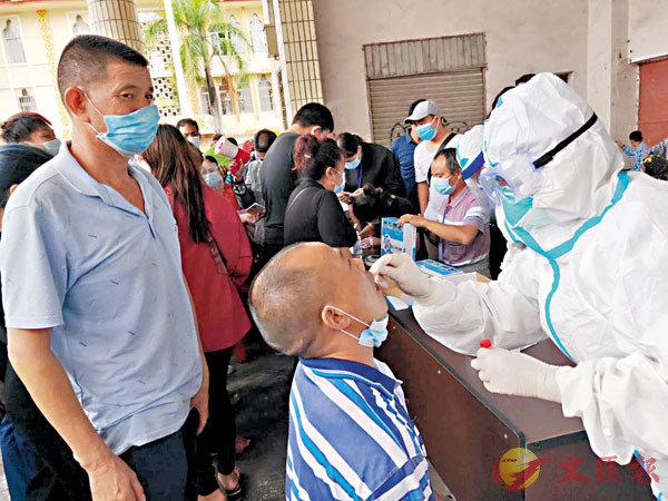 ■ 瑞麗市民參加核酸檢測。  受訪者供圖