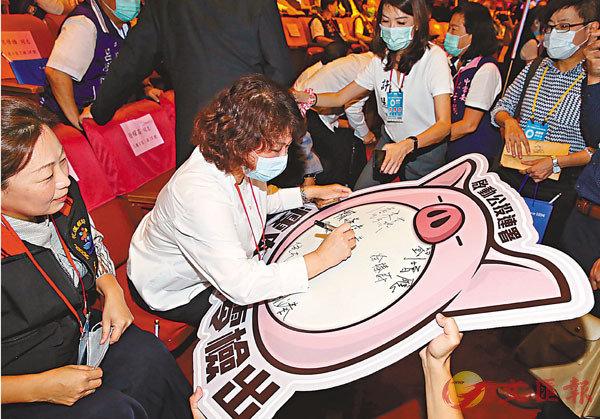 ■國民黨日前在「國父紀念館」啟動反萊克多巴胺豬肉的「食安公投」連署簽名。 資料圖片
