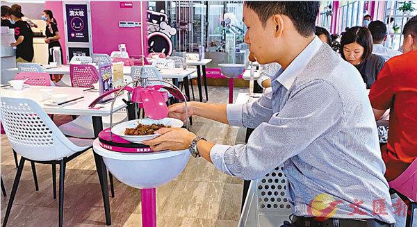 ■送餐機器人將餐點「從天而降」送到顧客桌邊。