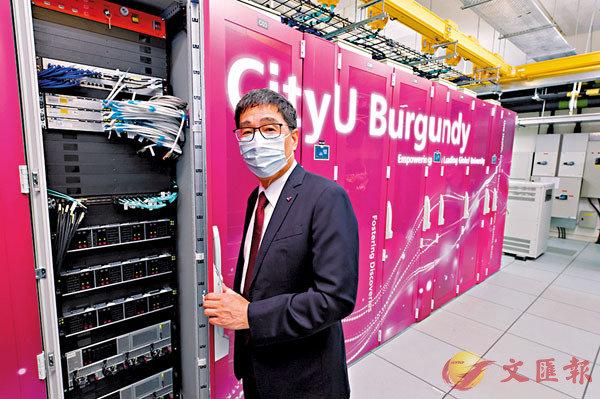 ■郭位參觀「CityU Burgundy」機組設施。 城大圖片
