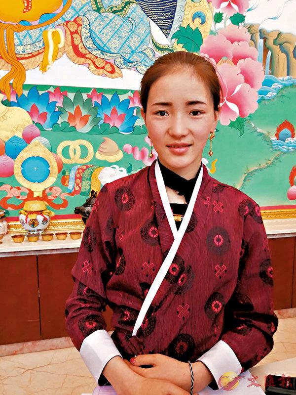 ■俏麗可人的藏族服務員。 作者供圖