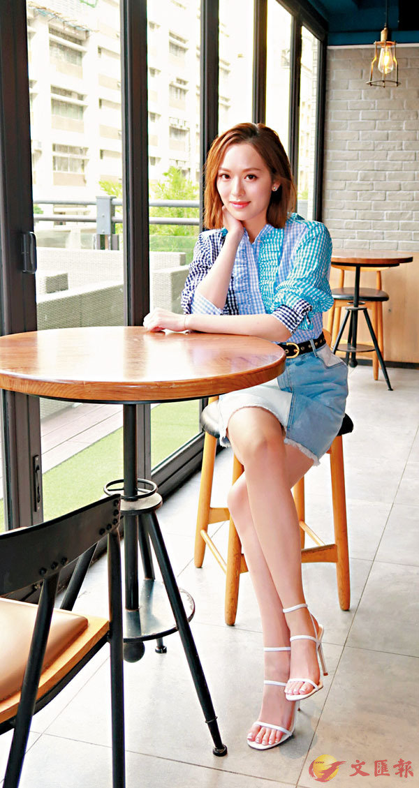 ■馮盈盈在網上演技班進修演技。