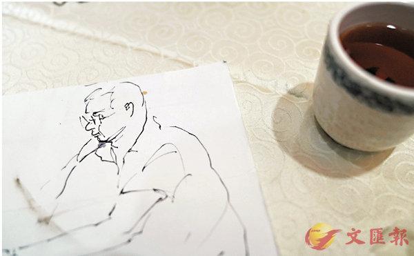 ■在飲茶時,楊奕會在環保紙背面對�蚞F座的陌生人速寫。