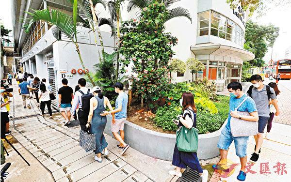 ■8時許喇沙小學門口已大排長龍。 香港文匯報記者  攝