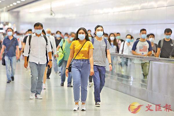 ■本港昨日新增共八宗確診個案,當中只有三宗屬本地個案。圖為在中環港鐵站人來人往,大多市民均佩戴口罩。  中通社