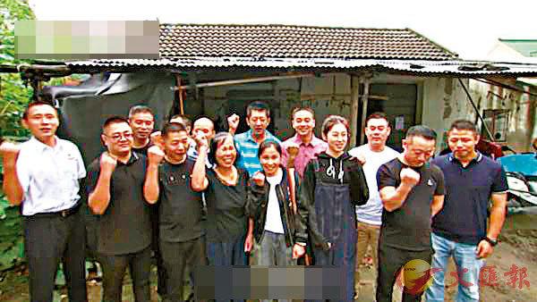 ■ 鄭菘芳的「爸爸」們為她的大學生活送上祝福。 網上圖片