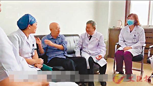 ■ 朱傳才專程去中國醫科大學附屬第四醫院感謝曾救過他的醫護人員。網上圖片