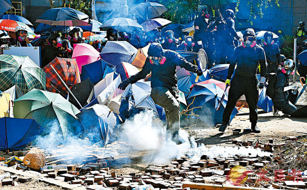 ■過去的衝突示威中,不少激進示威者均蒙面掩飾身份做出各種暴力行為。 資料圖片