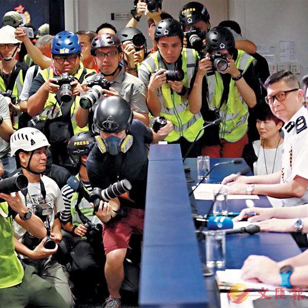 ■去年6月13日,大批記者在警方記者會上「戴頭盔」稱要抗議「警暴」。 資料圖片