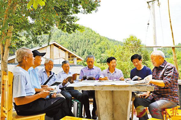 ■詩社成員在陳勞生(右一)家的後院一起討論詩歌。