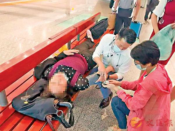 ■許典雙醫生救治在高鐵上突發疾病的病人。 網上圖片