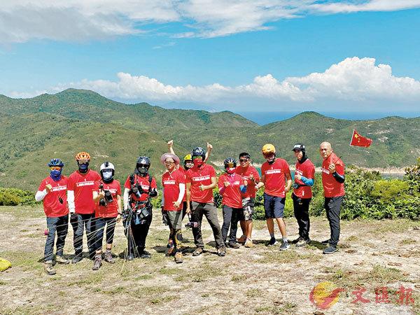 ■香港滑翔傘義工團於西貢麥理浩徑獨孤山頂放飛滑翔傘。香港文匯報記者  攝