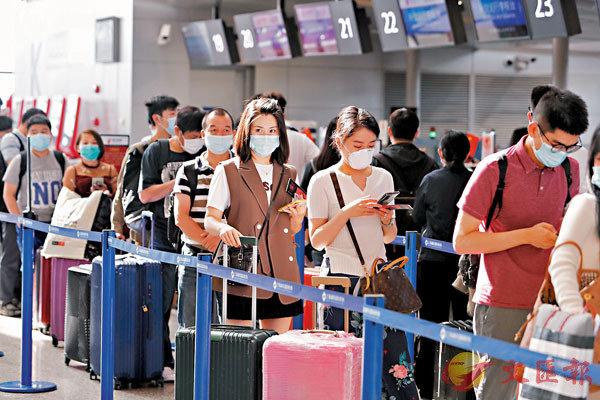 ■專家們對中國疫情防控措施很有信心,相信中國即使有少量輸入病例,也會在極短時間內被控制住。圖為9月28日,旅客在浦東機場T2航站樓內排隊等待辦理登機手續。據悉,上海浦東國際機場的國內客流量已經恢復到去年同期水平。 中新社