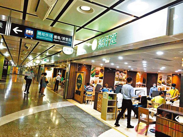 ■ 團友就餐時未違反同�^不超過4人的「限聚令」。香港文匯報記者 攝