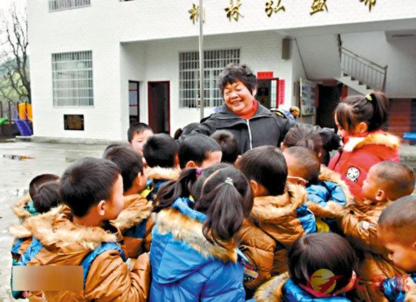■周秀芳老師被孩子們包圍�荂C 網上圖片