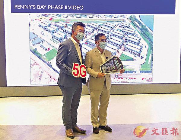 ■劉國昌(左)表示,首創以5G智能監控廠房建造進度。 香港文匯報記者  攝