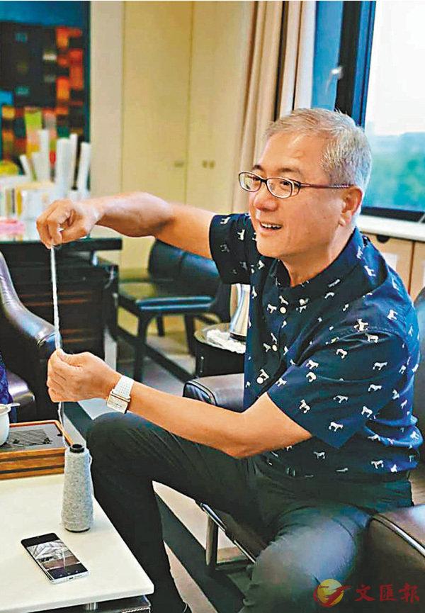 ■李嘉芳在展示毛線的柔韌性。香港文匯報記者王逍  攝